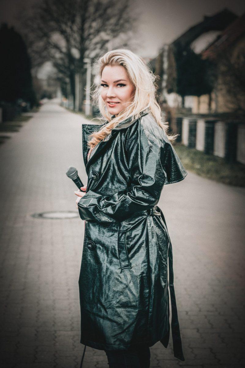 Vivien Gold   Sängerin hält Mirkofon in der Hand
