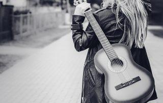 Vivien Gold | Sängerin mit Gitarre, schwarz-weiß Bild