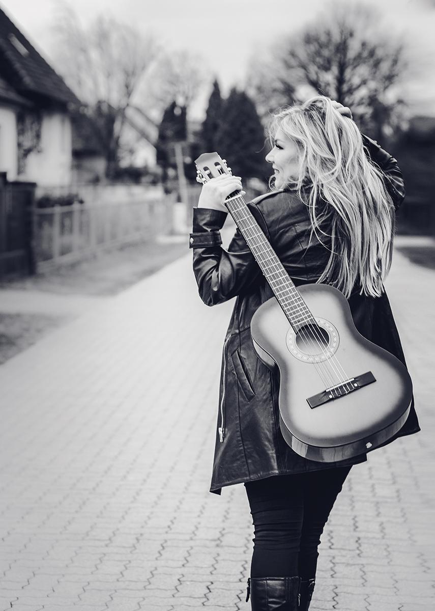Vivien Gold   Sängerin mit Gitarre, schwarz-weiß Bild