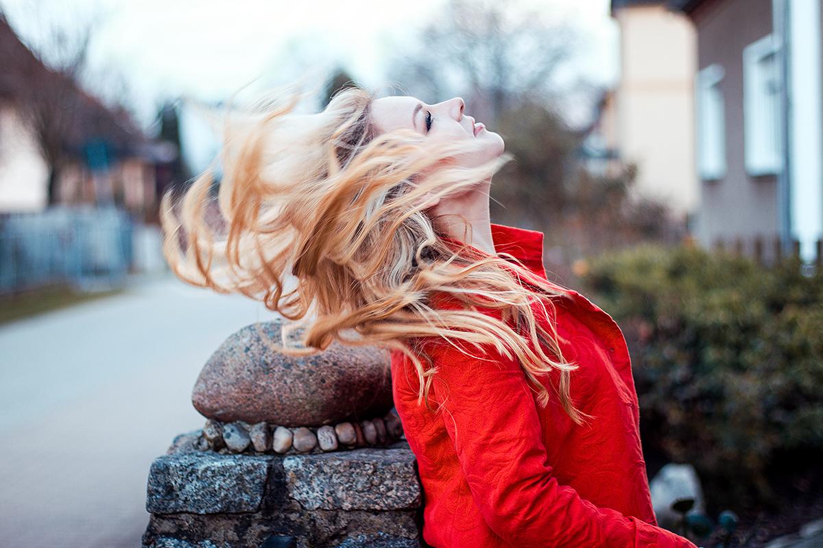 Vivien Gold   Sängerin im roten Mantel und Haaren im Wind