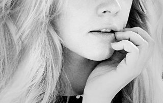 Vivien Gold | Portrait in schwarz weiß mit Hand im Gesicht