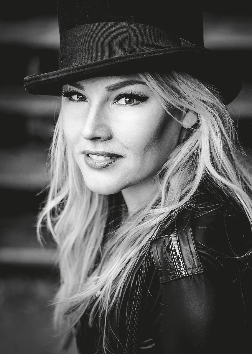 Vivien Gold | Sängerin mit Zylinder