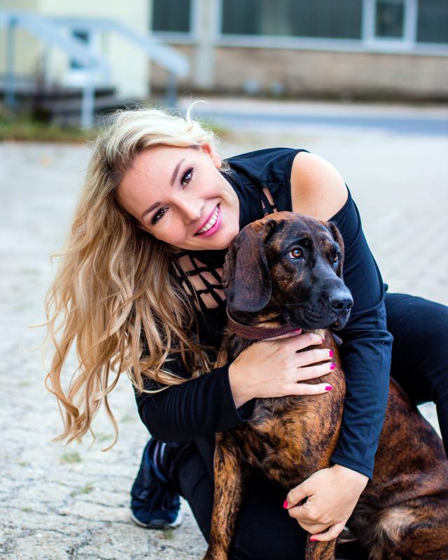 Vorschaubild | Vivien Gold mit Hund Freya