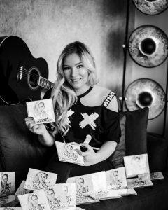 Vivien Gold mit Album Gedankenkarussell in den Händen